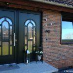 Kunststoff Haustür mit Seitenteil und Fenster- Tannengrün