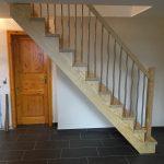 Aufgesattelte Treppe aus Caroline Pine, klar lackiert