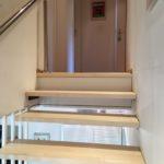 Treppenstufen und Edelstahl- Handlauf